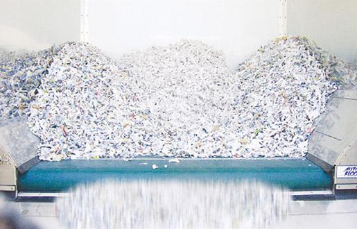 細断古紙は製紙原料会社のヤードで、スムーズに排出され、製紙原料として再資源化されます